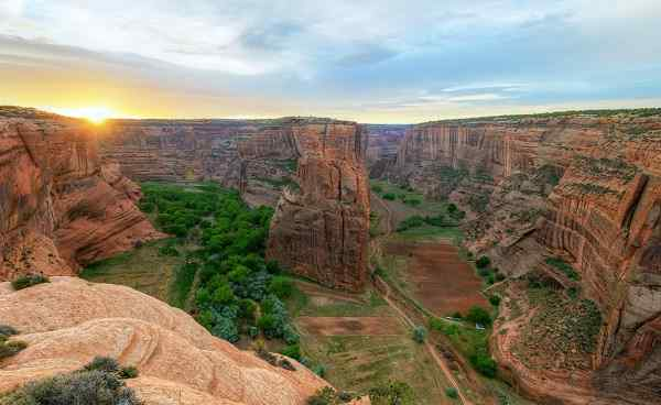 BESTE-NORDAMERIKA Sunrise at Navajo Fortress separates Canyon shutterstock 104153102
