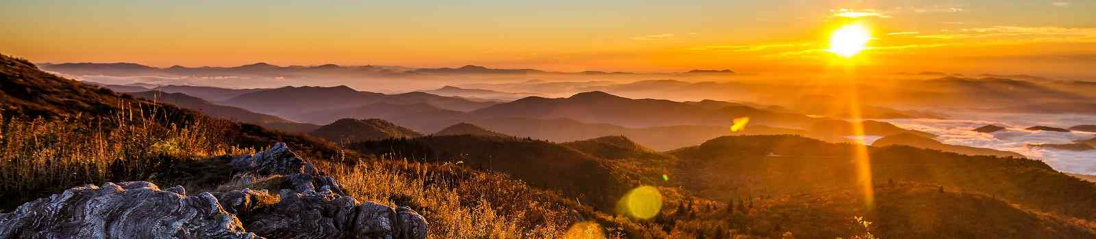 KL-USA-APPALACHIAN  Ein goldener Sturz Sonnenaufgang ueber den Blue Ridge Mountains von der Black Balsam Bald in North Carolina shutterstock 225597796