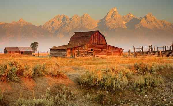 ROCKYMOUNTAINS-YELLOW_Wyoming_Grand_Tetons_mit_Farmhaus_68432791.jpg