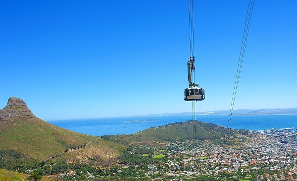 SF-FAMILIE-SA Bird eye view at cable car cabin and Cape Town and Lions peak  8460706