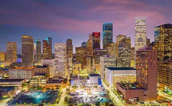 TEXAS-AUFBRUCH Downtown Houston skyline in Texas USA at twilight shutterstock 635414903