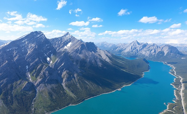 UNL-ADVENTURES Kanada Alberta view from helicopter at beautiful mountains and river in jasper national park